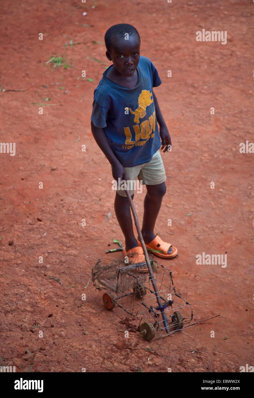 Jungen spielen mit Selfmade Wire Frame Spielzeugauto, Burundi, Gitega Stockbild