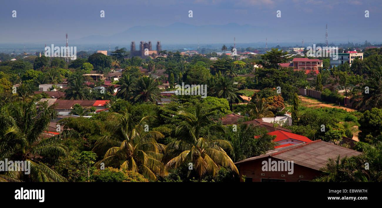 """Panorama-Blick auf das Viertel """"Ngangara"""" der Hauptstadt, in der Mitte eine große Moschee im Bau, Stockbild"""