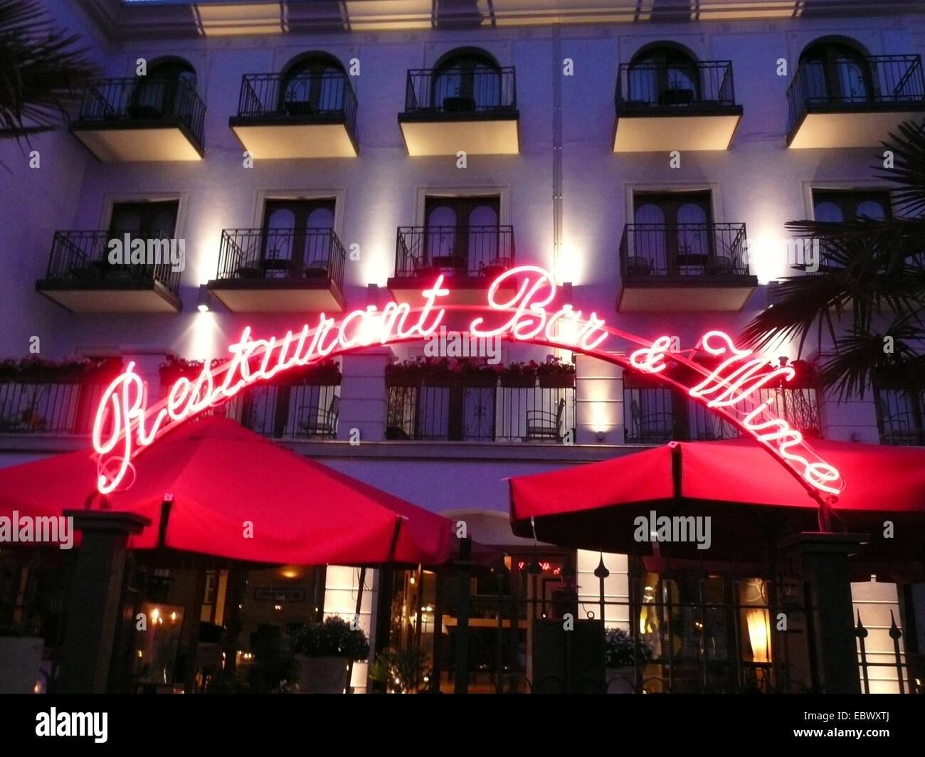 Fassade eines Restaurants mit Abend-Beleuchtung Stockbild