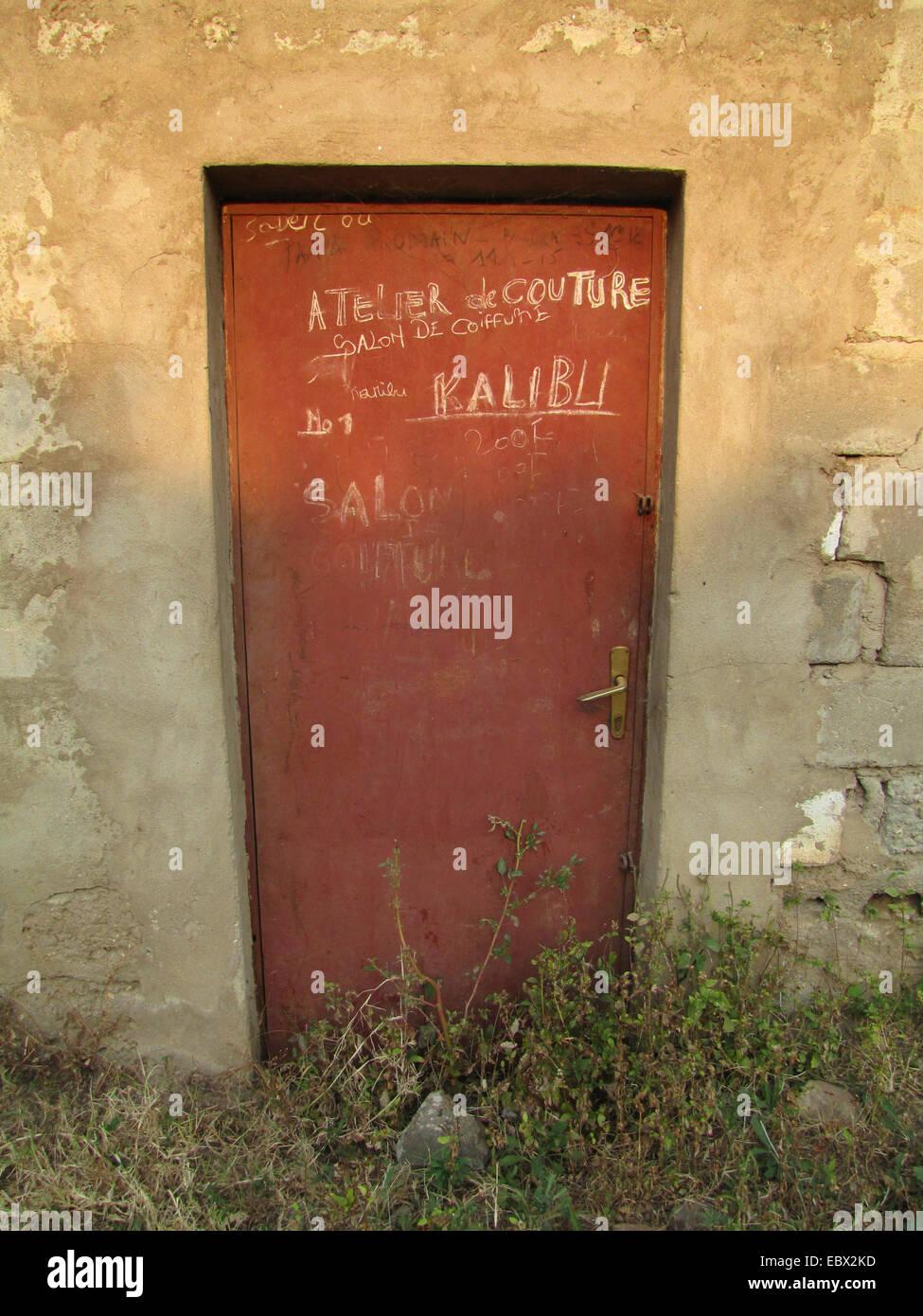Kreide schreiben auf eine Metalltür, die Ankündigung einer Schneiderei Shop, Burundi, Bujumbura Mairie, Stockbild