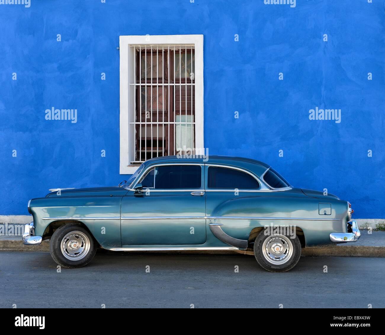 Ein blauen glänzenden kubanische Oldtimer parkten in einer Straße in zentralen Cienfuegos, Kuba, Karibik. Stockbild