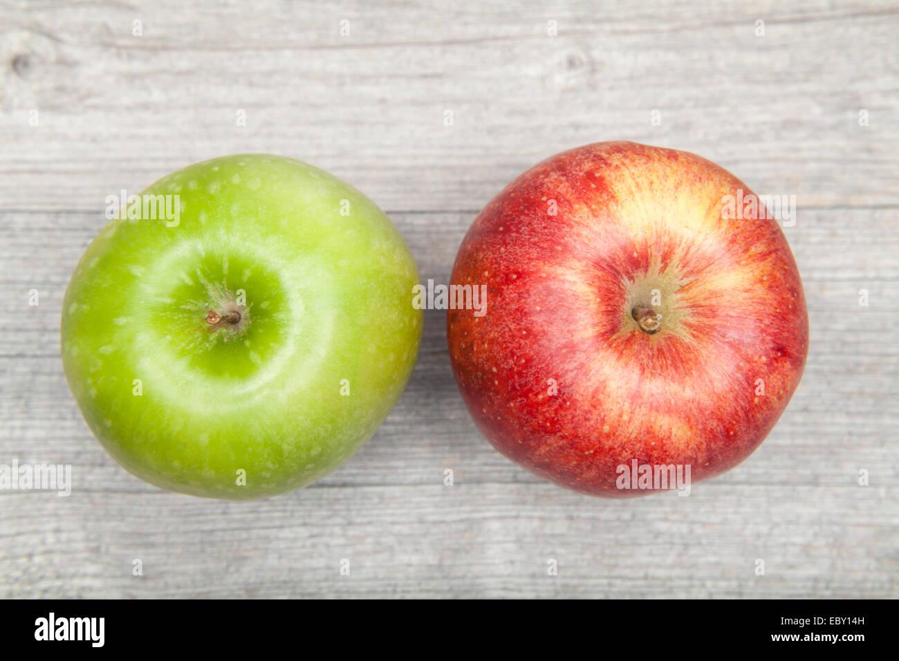 roten und grünen Apfel auf Tisch Stockbild