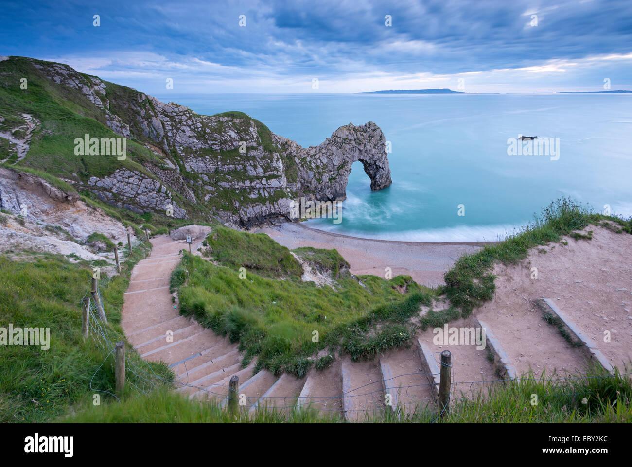 Stufen führen hinunter zu Durdle Door an der Jurassic Coast, Dorset, England.  (Juni) im Sommer 2014. Stockbild