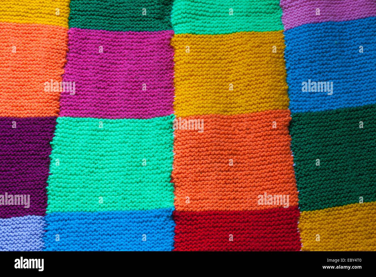 farbenfrohe gestrickte quadrate um eine decke zusammengen ht stockfoto bild 76199200 alamy. Black Bedroom Furniture Sets. Home Design Ideas