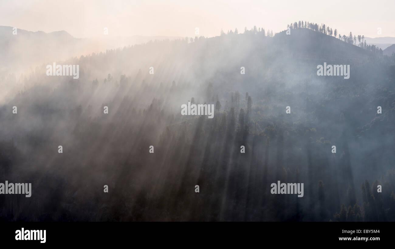 Rauch von der Dog Rock ein Lauffeuer im Yosemite-Nationalpark, Kalifornien, USA. Herbst (Oktober) 2014. Stockbild