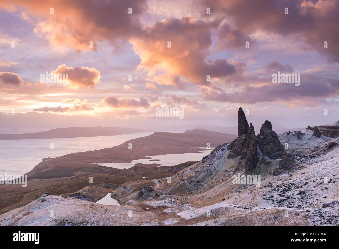 Winter-Sonnenaufgang über der Old Man of Storr auf der Isle Of Skye, Schottland. Winter (Dezember) 2013. Stockbild