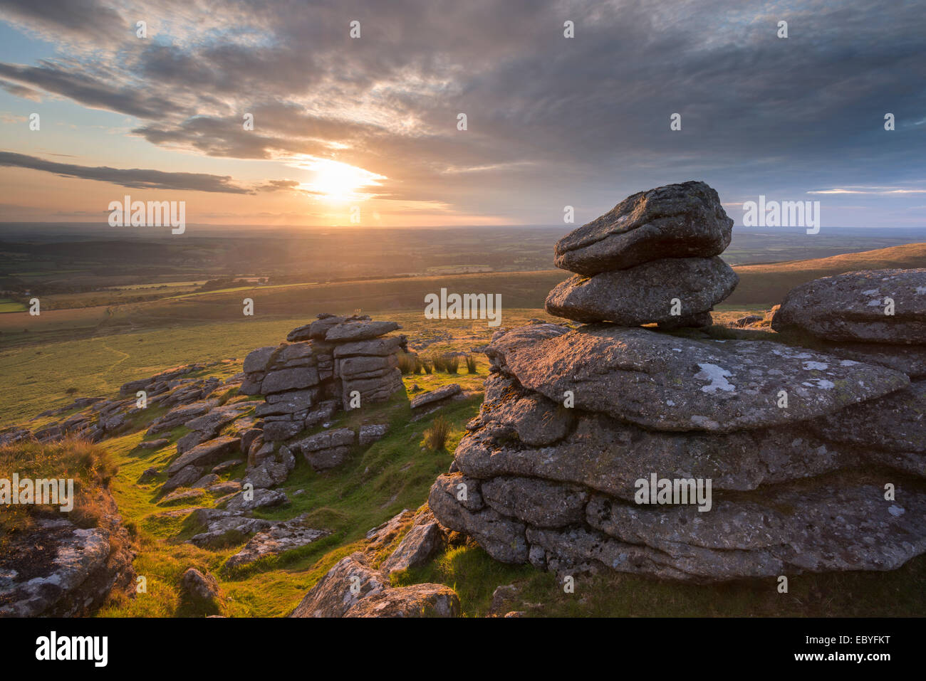Sonnenuntergang über Arm Tor, Dartmoor National Park, Devon, England. (August) im Sommer 2014. Stockbild