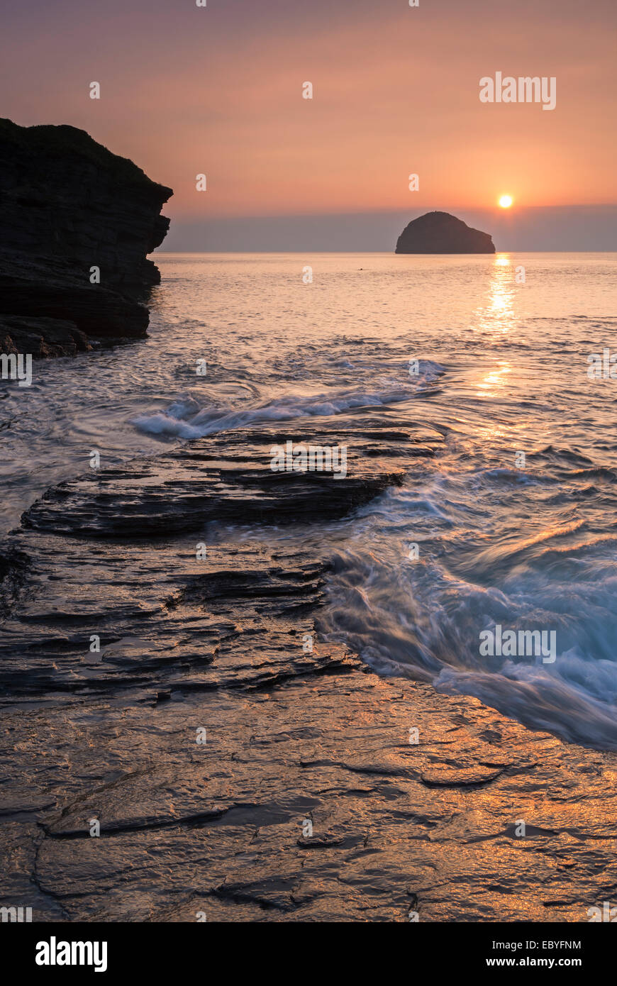 Sonnenuntergang über Trebarwith Strand Beach in North Cornwall, England. Herbst (September) 2014. Stockbild