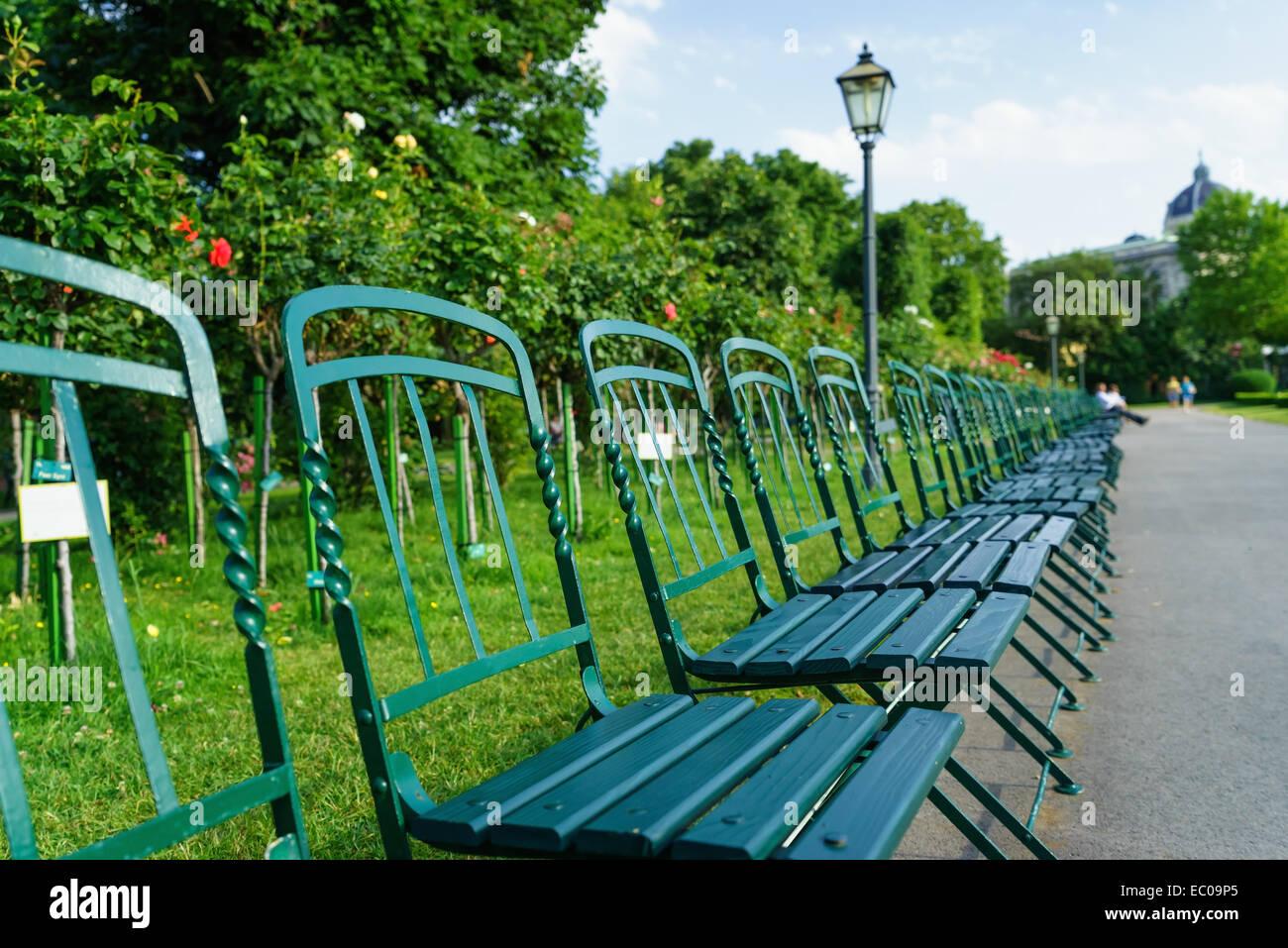 Klappstühle im Rosengarten im Volksgarten öffentlichen Park, in der Nähe der Hofburg in Wien, Österreich. Stockbild