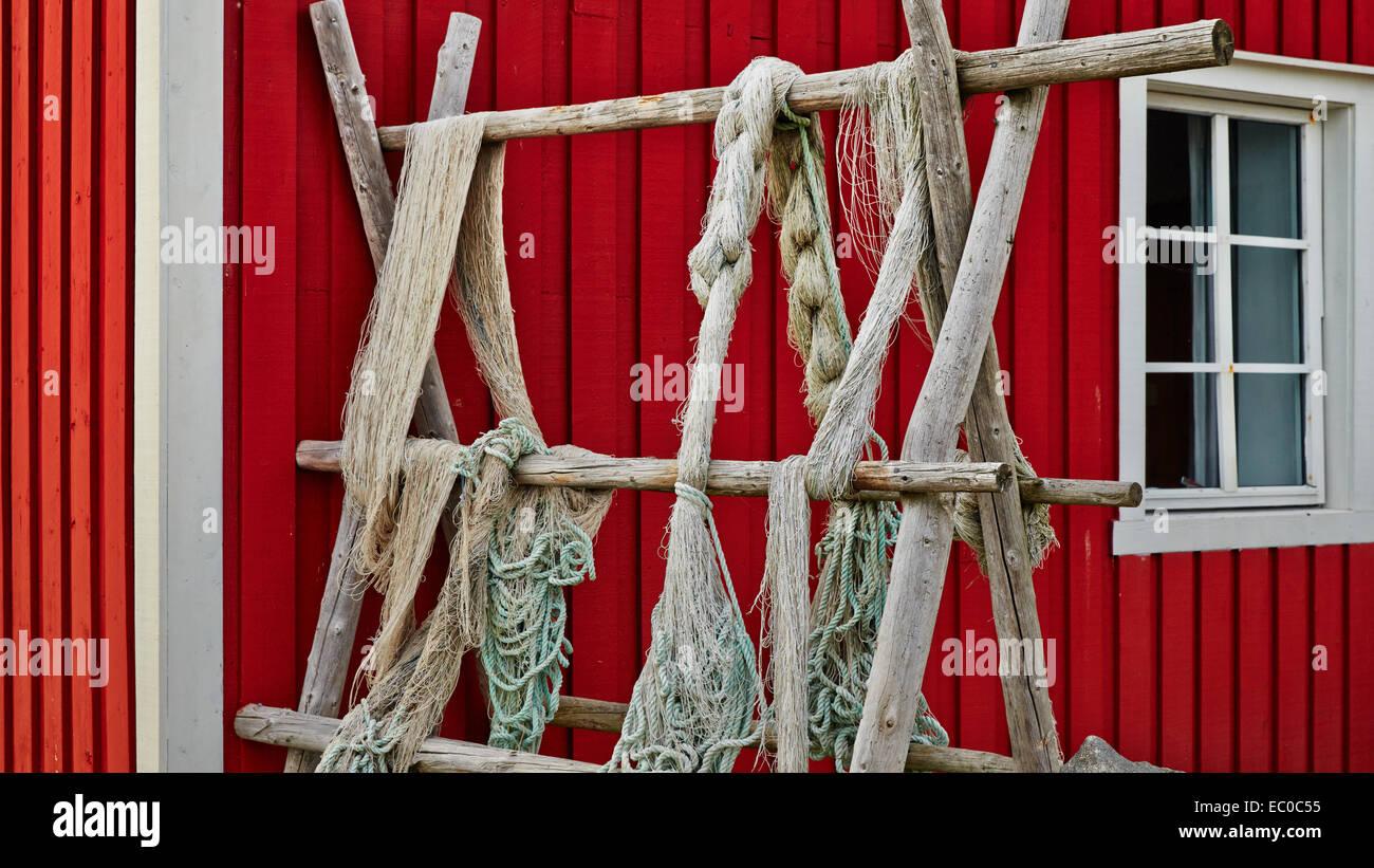 Fischernetze blau und grün an den zaun oder veranda rot hängen