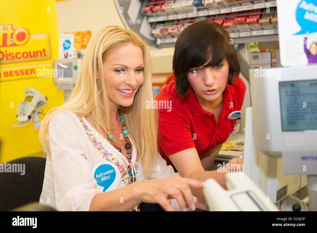 Sonya Kraus Aushelfen Bei Netto Cash Register Zugunsten Von