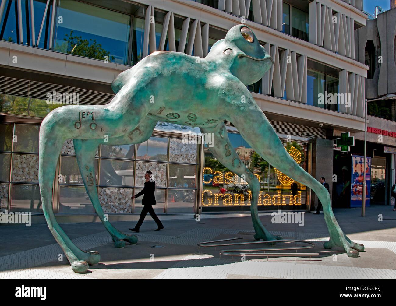 Ein riesiger Frosch hat vor dem Casino Gran Madrid Colón am Paseo de Recoletos installiert worden. Frösche Stockbild