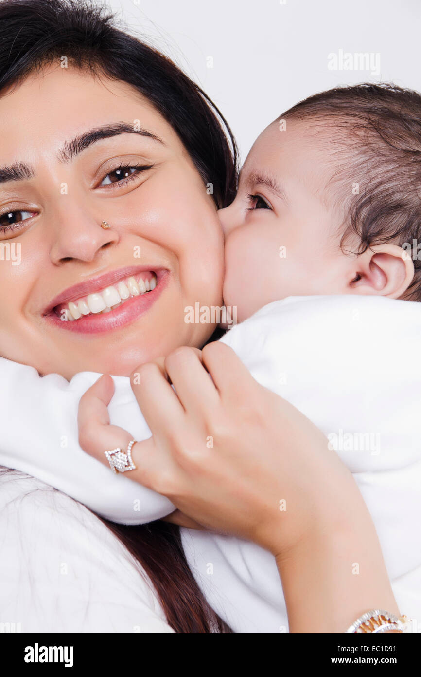 Indian Mother Caring sein Baby Stockfoto