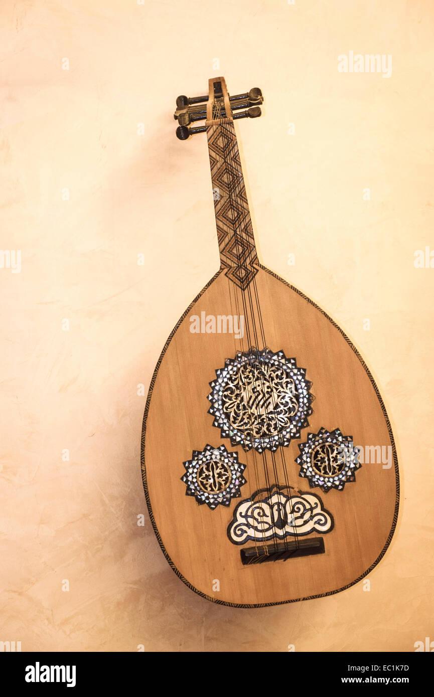 Oud, Arabische laute auf Wand angezeigt. 6 + 6 Saiten (6 sympathischen). Mit Perlmutt eingelegt. Häufig im Stockbild