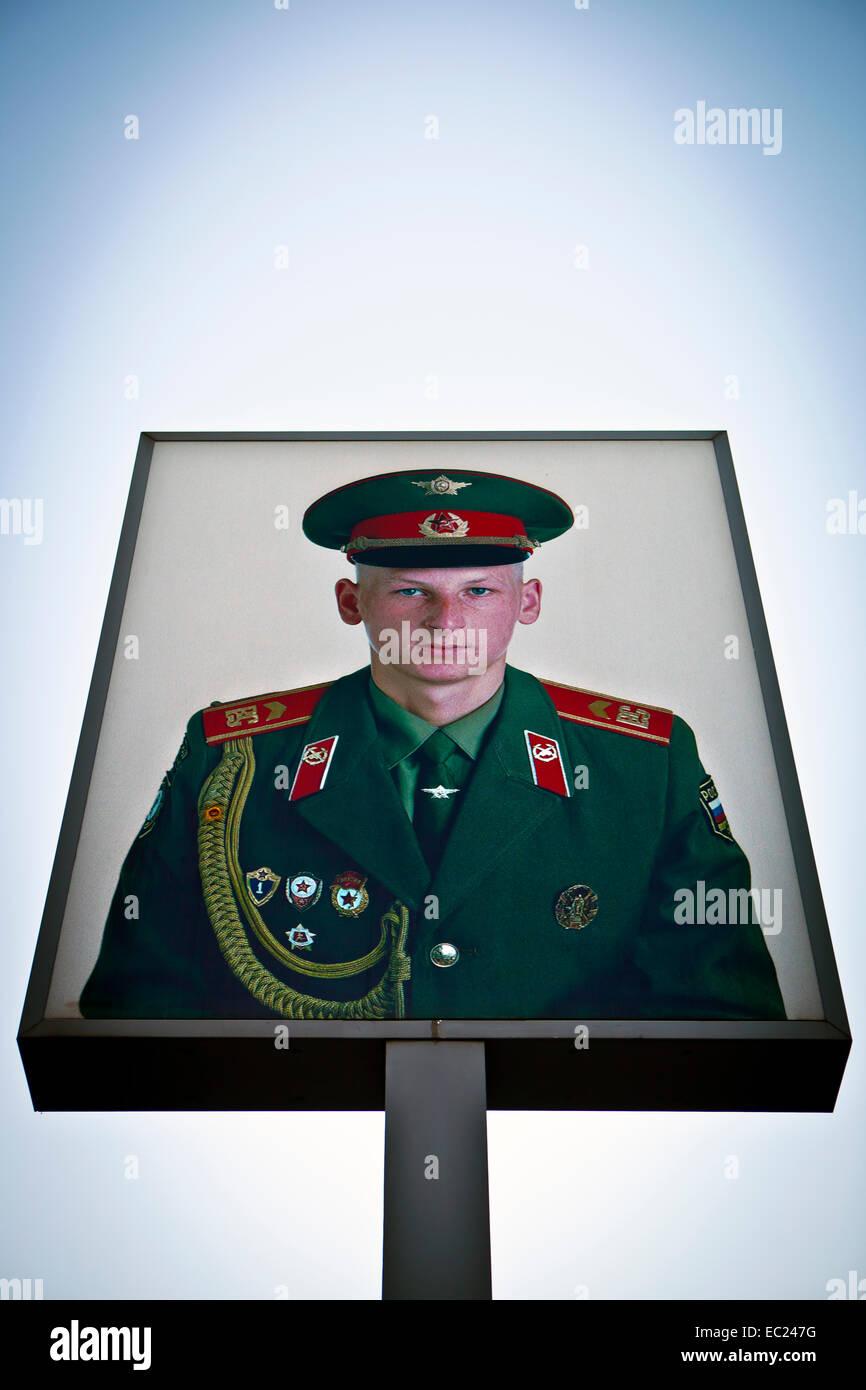 Sowjetische Grenzwachtkorps dargestellt auf Plakat am Checkpoint Charlie während der 25. Jahrestag des Falls Stockbild