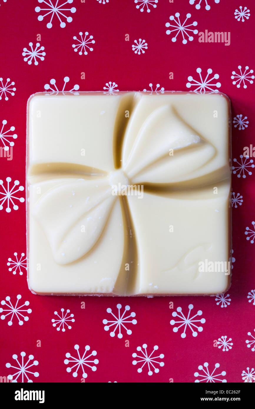 Galaxy-Geschenk für Sie weiße Schokolade mit einem sprudelnden Zentrum auf festlichen roten Hintergrund Stockbild