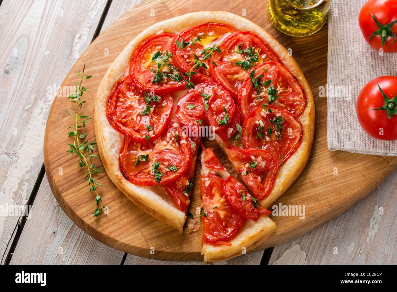 Pie mit Tomaten-Tarte auf Blätterteig Stockbild