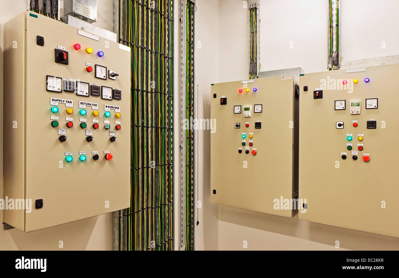 Elektrische Schaltanlagen und Leistungsschalter, die Hitze ...