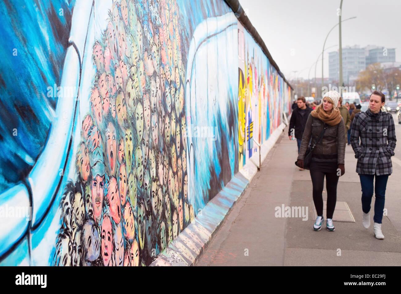 Passanten am Berliner Mauer an der East Side Gallery. Es ist ein 1,3 km langer Teil der ursprünglichen Mauer Stockbild