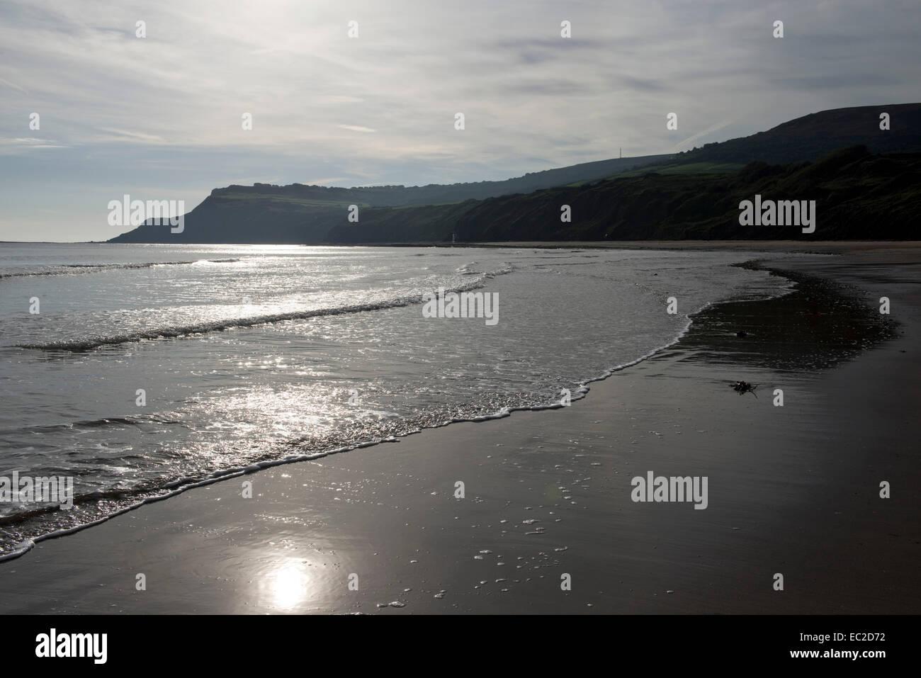 Robin Hoods Bay eine Küstenstadt Bucht mit einem Jurassic Klippe Küste und das Meer gegen die tiefstehende Stockbild