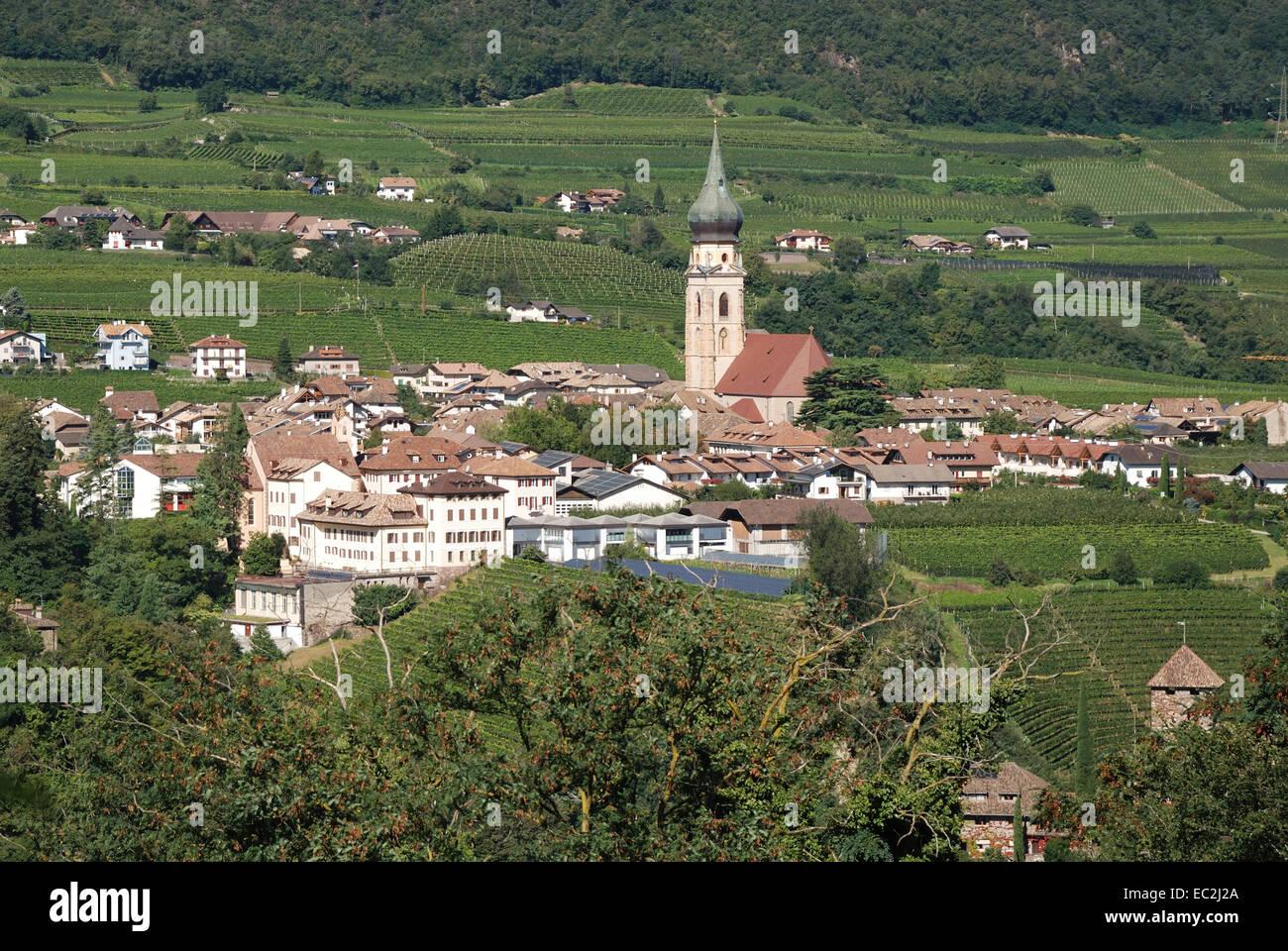 Gotische Pfarrkirche Chiesa di San Paolo in den Weinbergen entlang der Südtiroler Wein Straße in der Nähe Stockbild