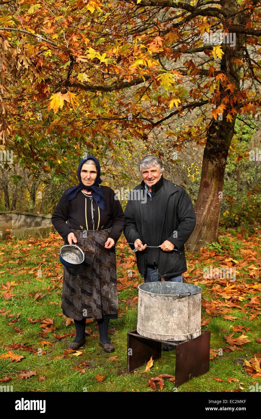 Vorbereitungen für das Fest der Darstellung der Jungfrau Maria an der Wüstung Palaioziaziako, Pieria, Stockbild