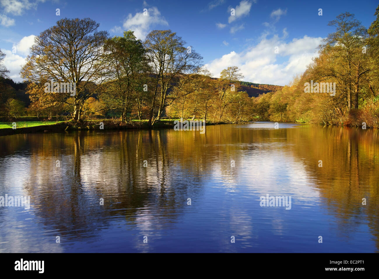 UK, Derbyshire, Peak District, Bamford, River Derwent Reflexionen Stockbild