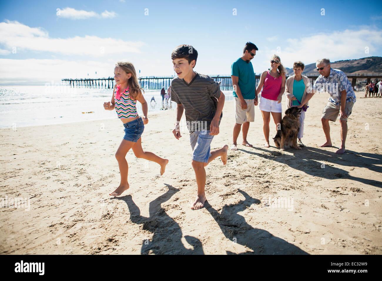 Familie dauert ein Spaziergang, Pismo Beach, Central Coast, Kalifornien, Vereinigte Staaten von Amerika Stockbild