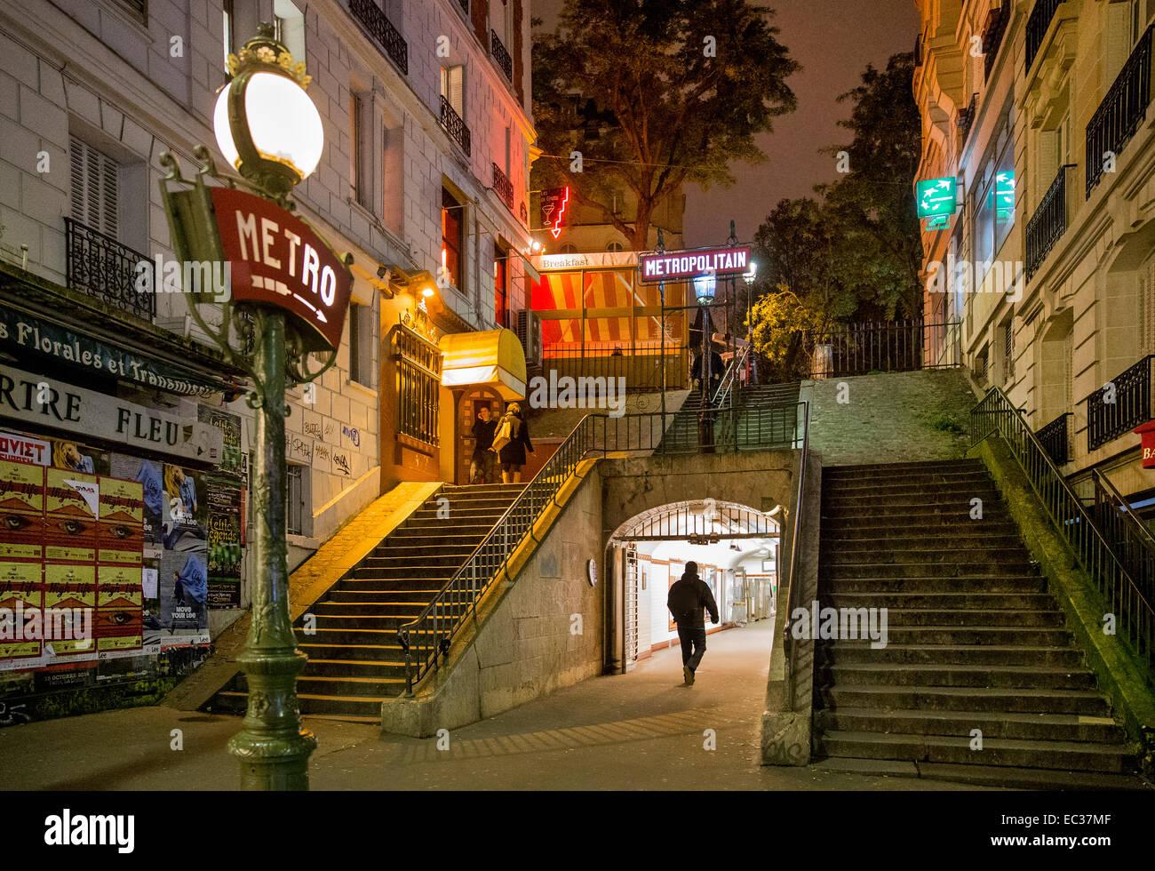 u-Bahn Eingang Montmartre Paris Frankreich Nacht Stockfoto