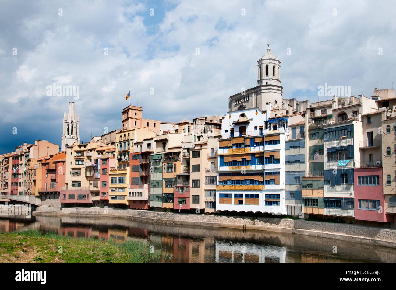 Girona-Häuser hängen über Fluss Onyar (Kathedrale und Glockenturm der Kirche von Sant Feliu)-Girona Stockbild