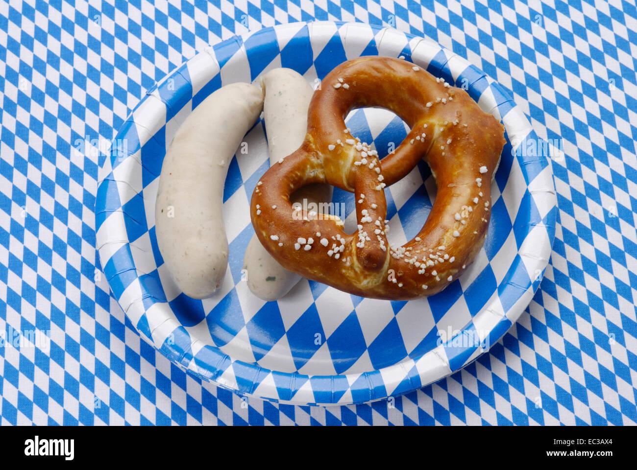 Bayerische Weißwurst mit Brezel Stockfoto