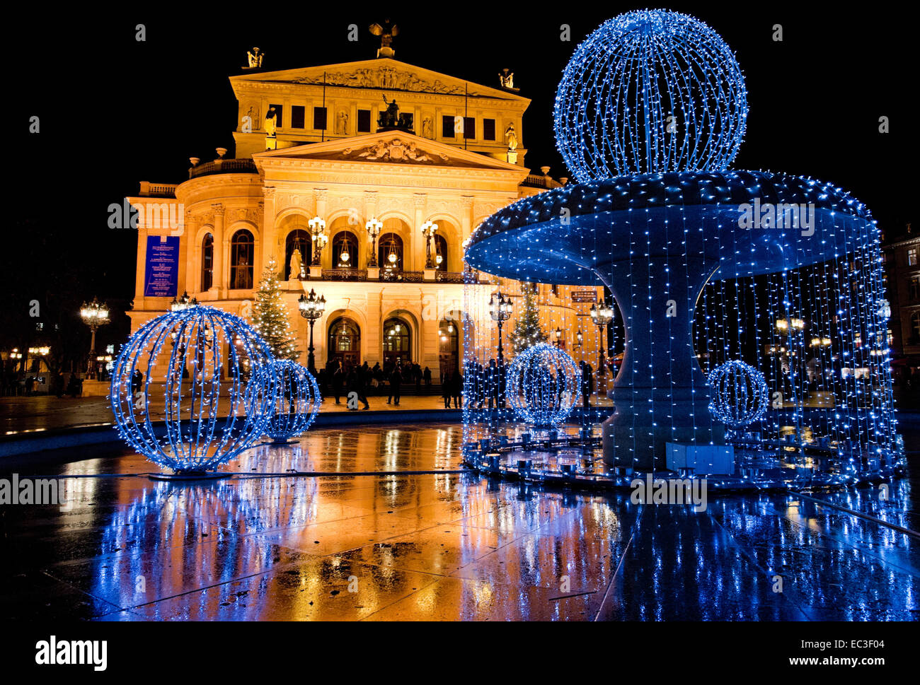 Weihnachtsbeleuchtung auf die alte Oper Alte Oper in Frankfurt/Main. Stockbild