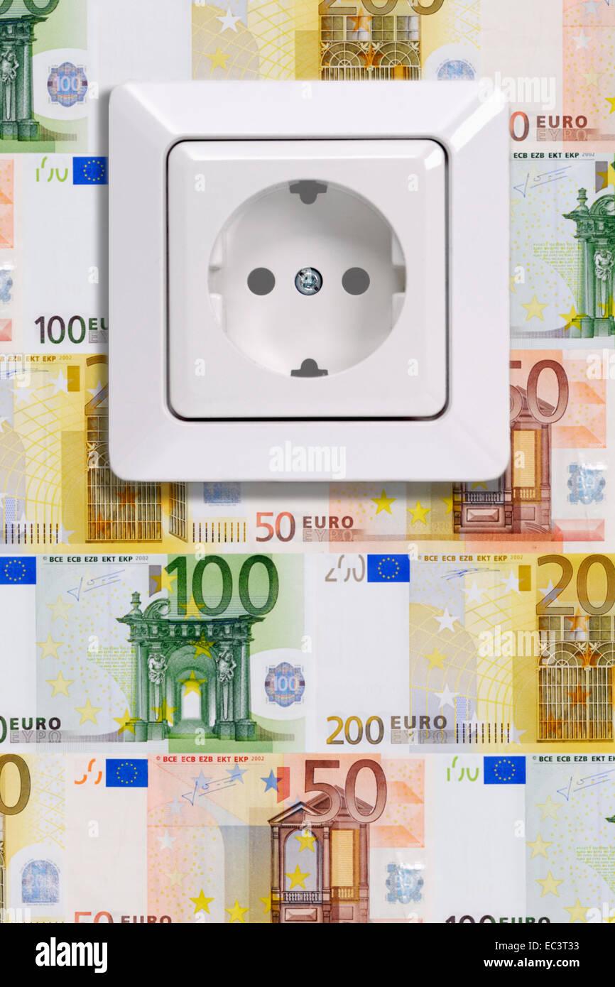Steckdose und Wand mit Banknoten, Energiekosten Stockbild