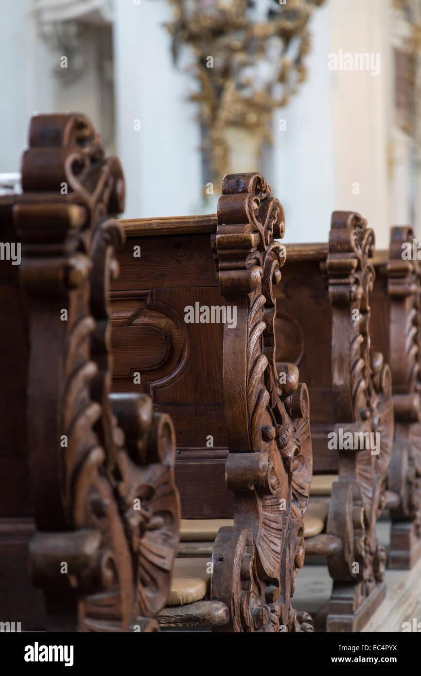 Detailansicht der alten Bänke in einer bayerischen Kirche Stockbild