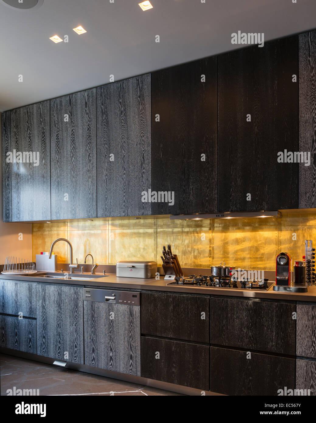 Wunderbar Blattgold Backsplash In Küche Mit Dunklen Rauchigen Eiche Schränke Stockbild