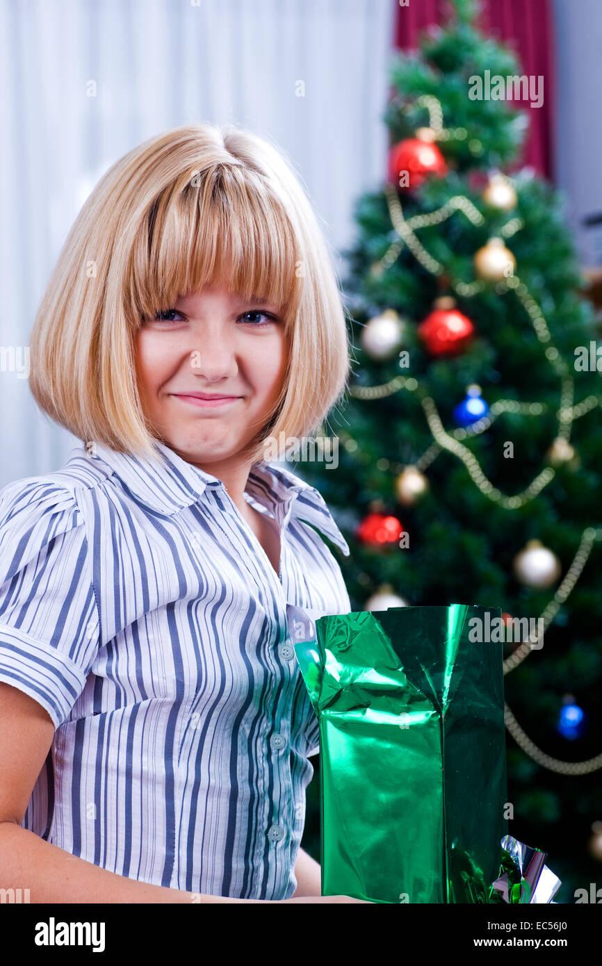 Mädchen am Weihnachtsbaum Geschenke auspacken Stockfoto, Bild ...