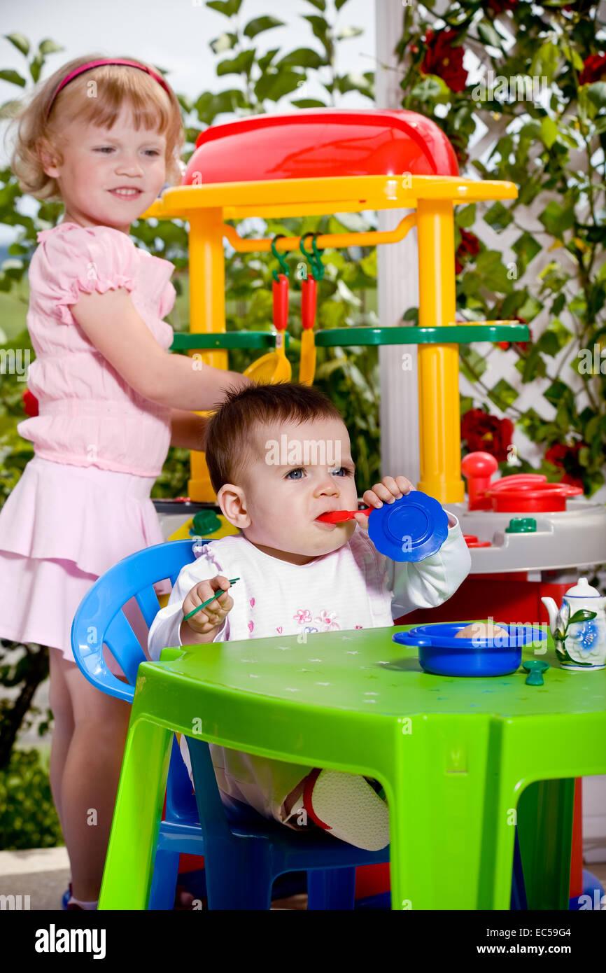 Ein 6 Monate Altes Baby Und Ein 4 Jahre Altes Mädchen Vor Spielzeug