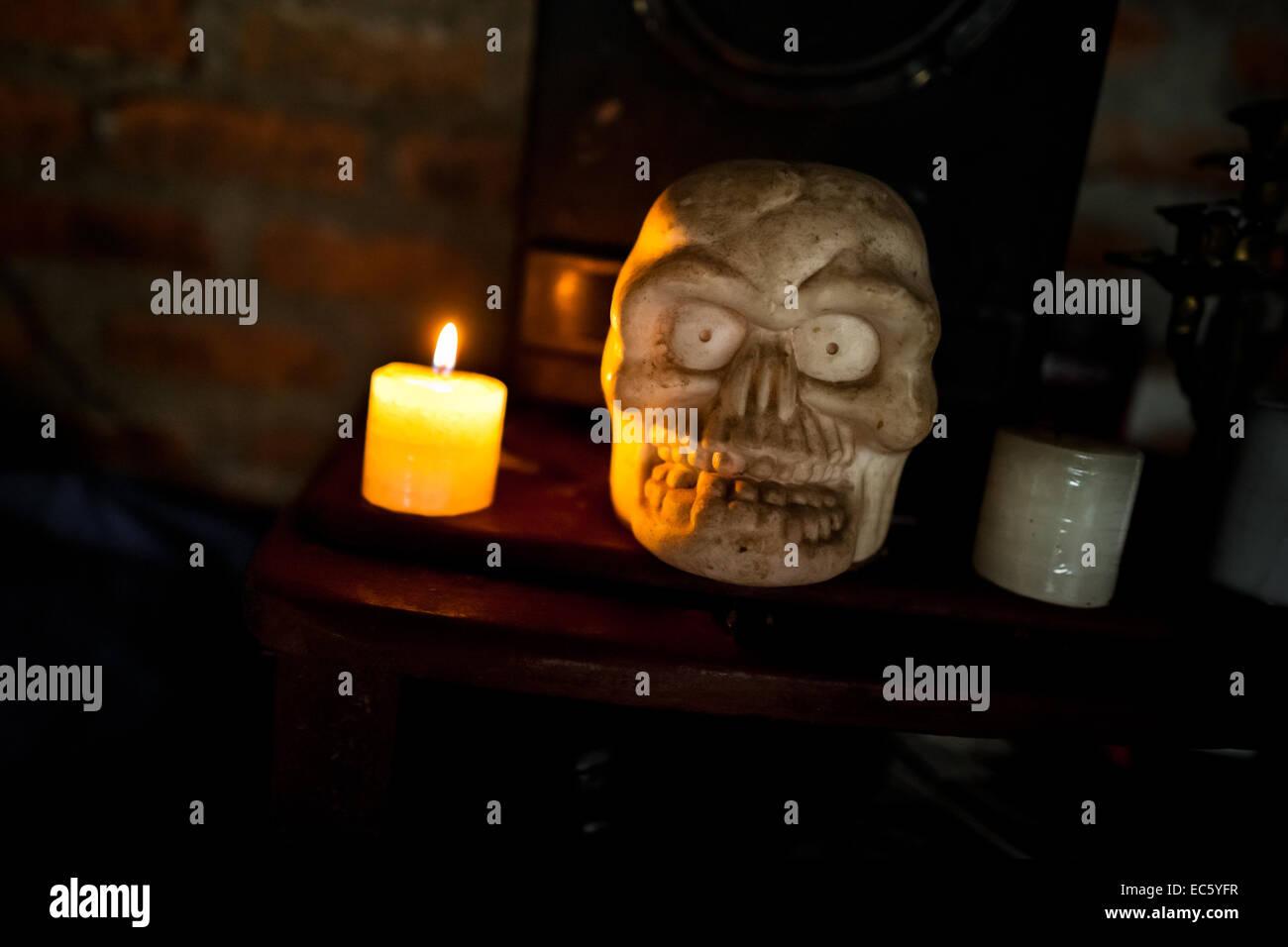 Eine Schädel-Skulptur wird auf dem Altar in einem Schamanen Haus in Cali, Kolumbien, 17. April 2013 gesehen. Stockbild