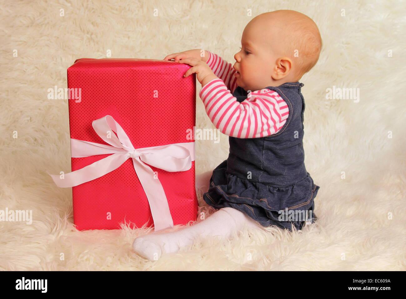 Ein Baby sitzen Fussball ein Geschenk Stockbild