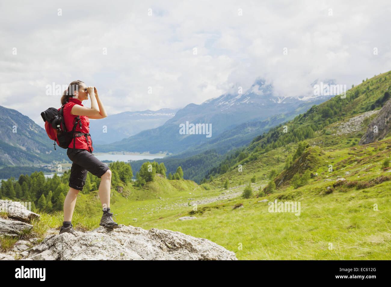 Wanderer im engadin durchsicht fernglas see natur berge der schweiz