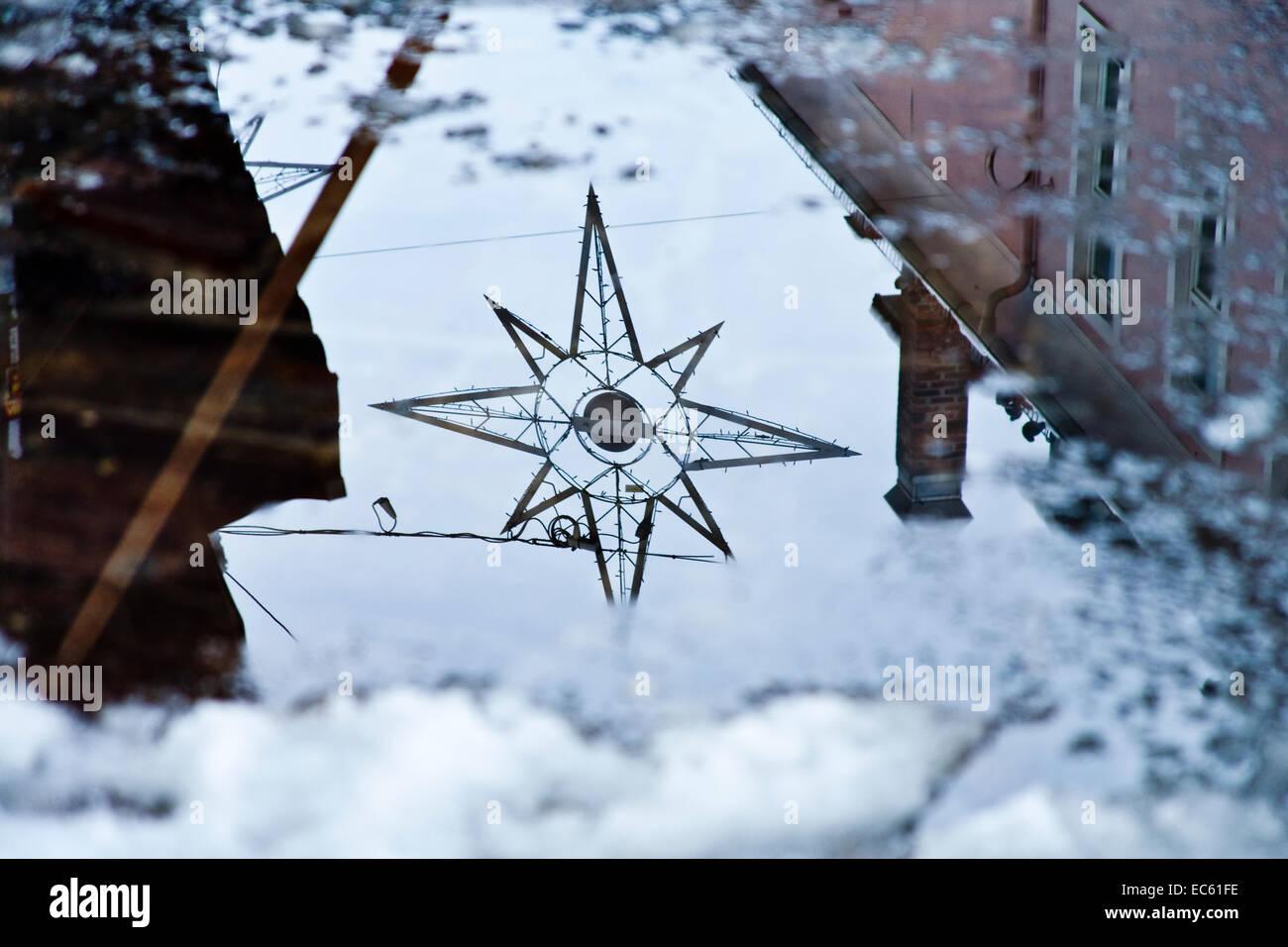 Auftauen Wasser spiegelt die Weihnachtsbeleuchtung Stockbild