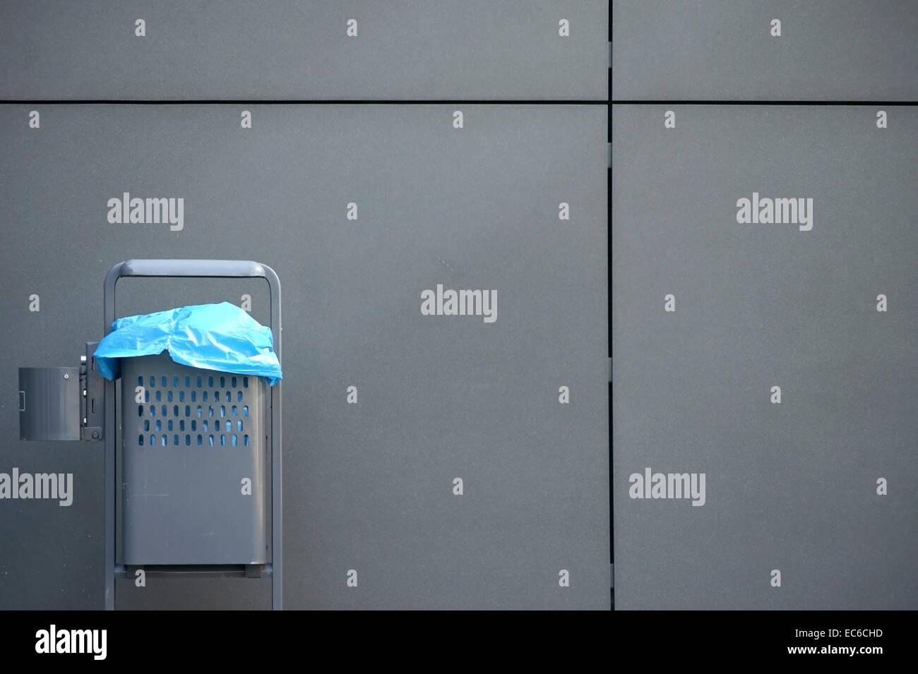 mülleimer und verkleidung stockfoto, bild: 76358953 - alamy