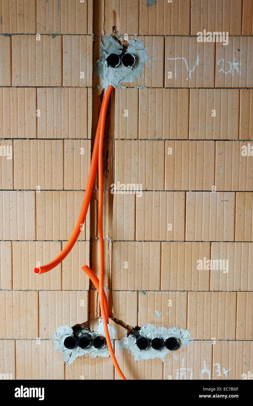 Wand mit Vorbereitung für Stromleitungen an Construcion Standort eines Wohnhauses Stockbild