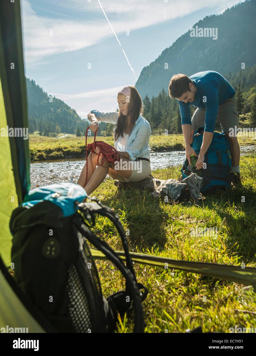 Österreich, Tirol, Tannheimer Tal, zwei junge Wanderer entspannend Stockbild