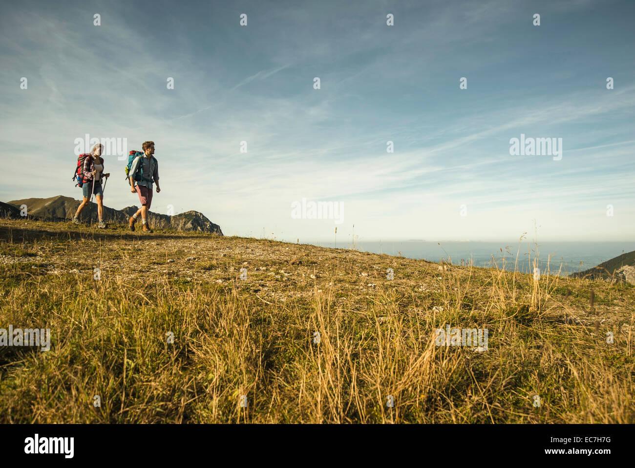 Österreich, Tirol, Tannheimer Tal, junges Paar, Wandern Stockbild