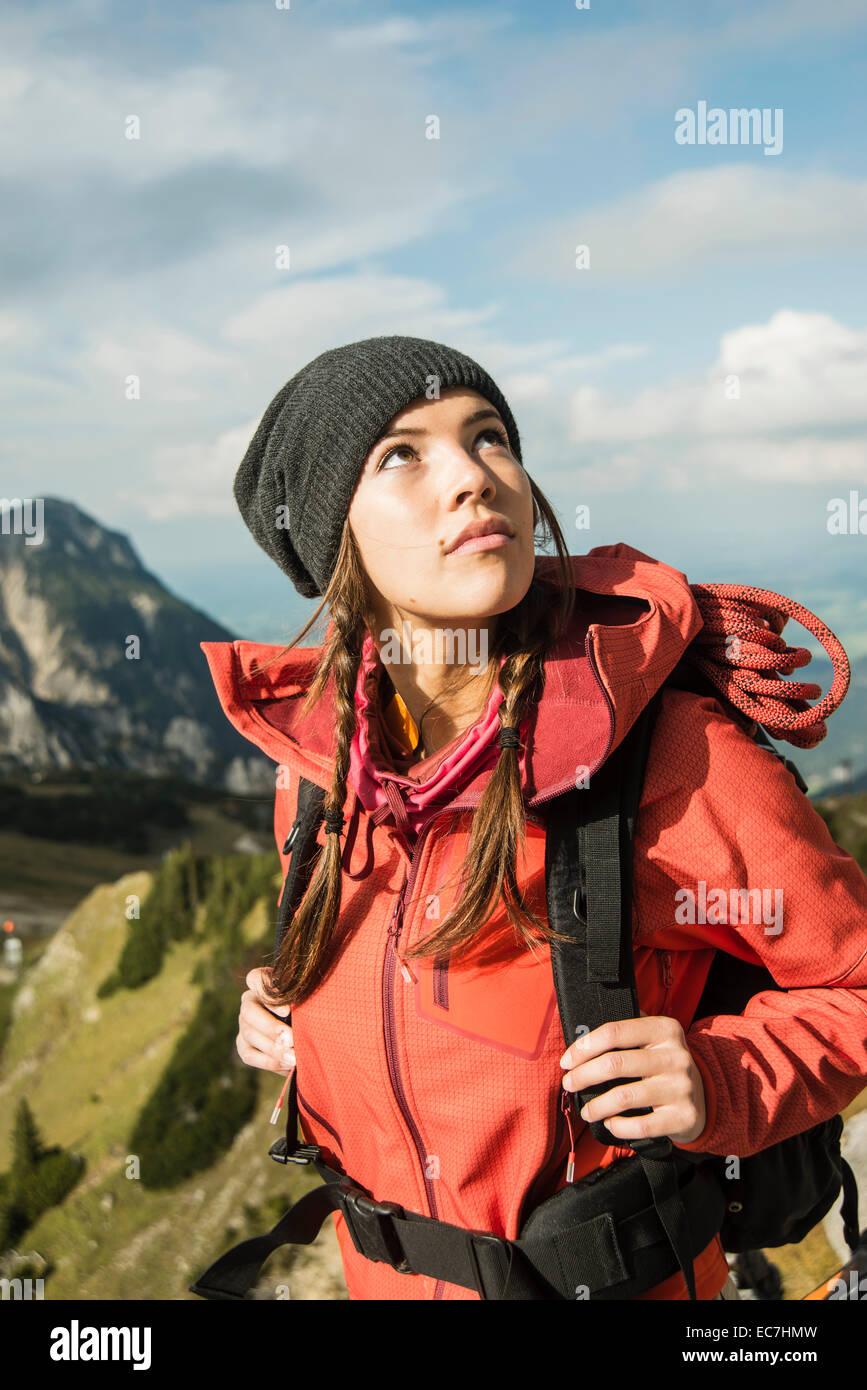 Österreich, Tirol, Tannheimer Tal, junge Frau, die nach oben Stockbild