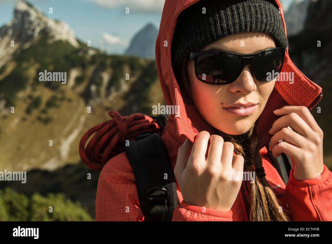 Österreich, Tirol, Tannheimer Tal, weibliche Wanderer mit Sonnenbrille Stockbild