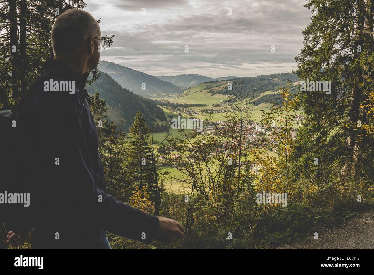 Österreich, Tirol, Tannheimer Tal, reifer Mann, Wandern Stockbild