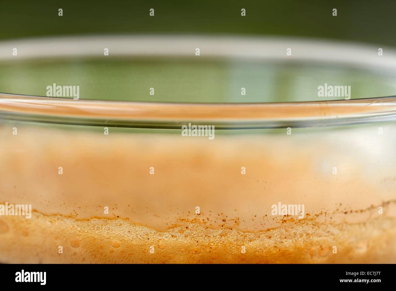 Kaffee Glas Schaum extrem nah oben, Makroaufnahme Stockbild