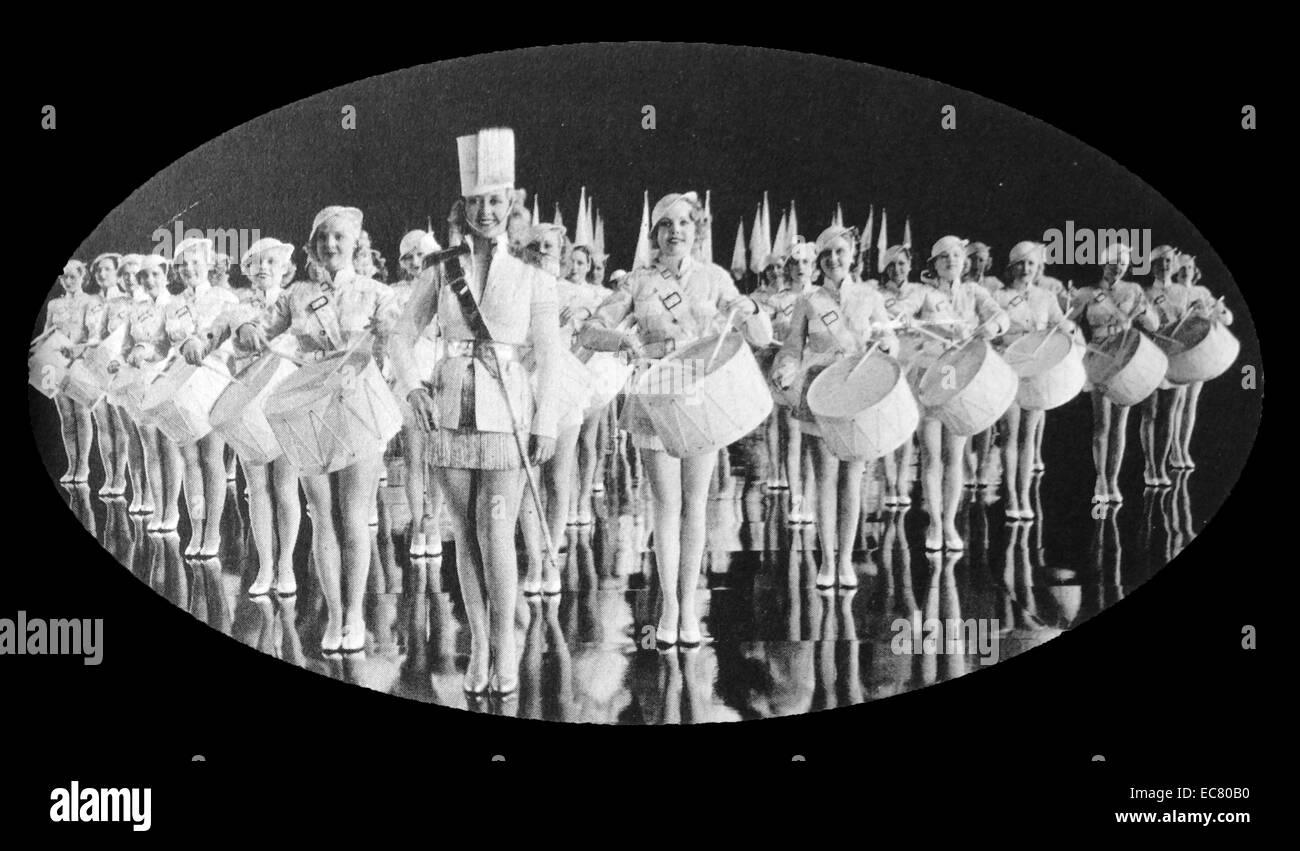 """Joan Blondell und Chor in """"Gold Diggers"""" von 1937. Stockbild"""